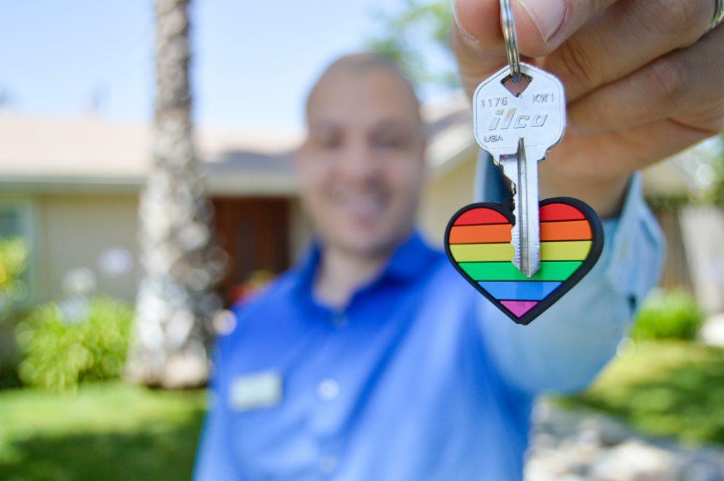 Homme tendant les clés d'une maison