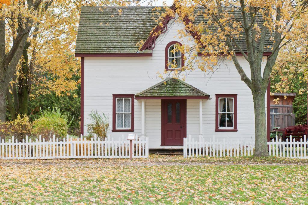 fronton d'une maison blanche