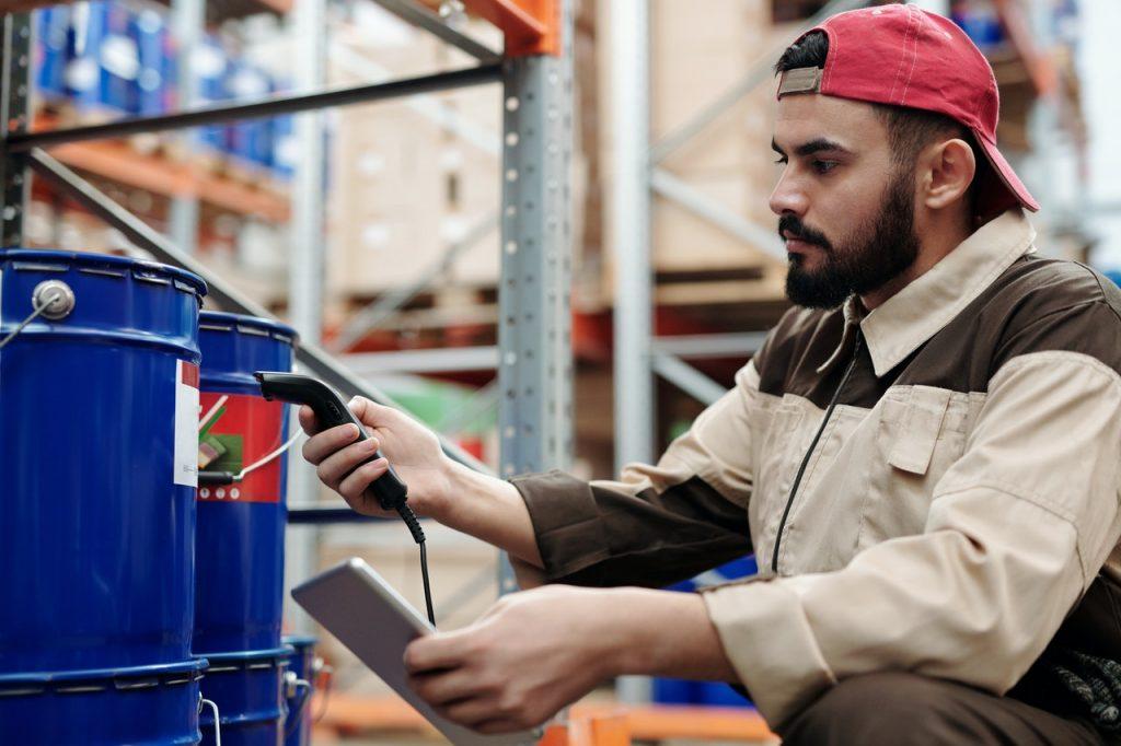 employé qui scanne un produit
