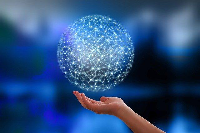 main avec orbe dans la main qui ressemble à un réseau