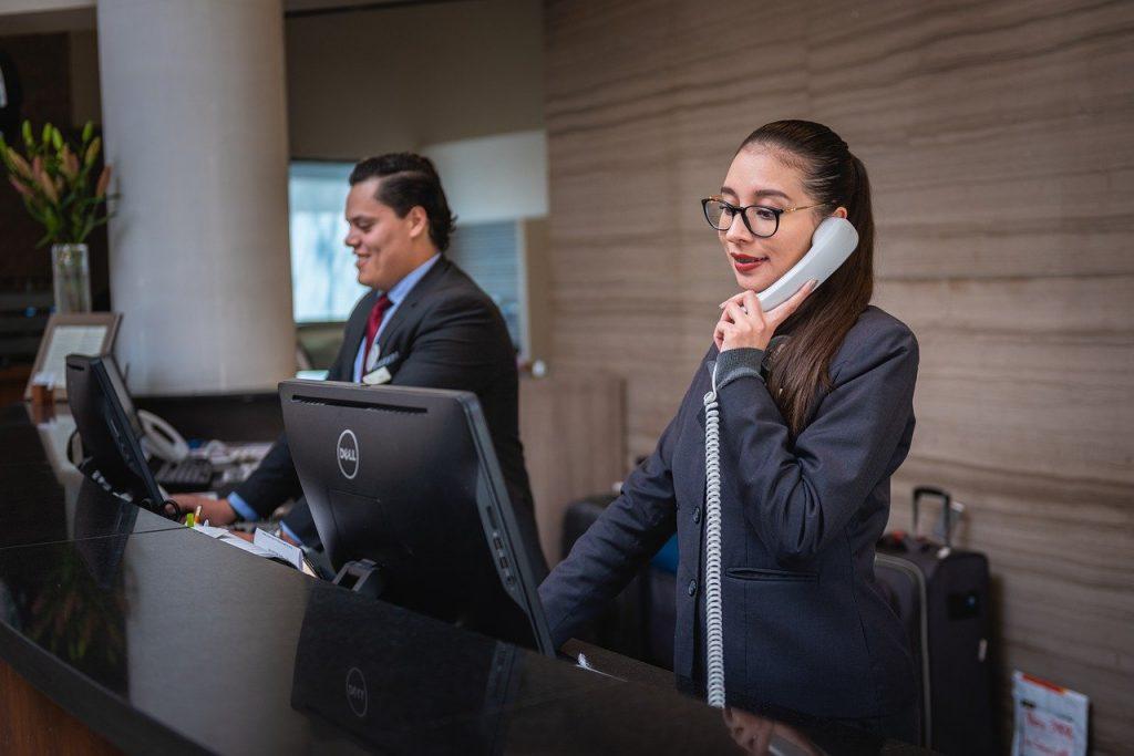 réceptionniste au téléphone